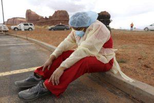 Des automobilistes font la queue pour un dépistage du Covid-19, à Monument Valley (Utah)