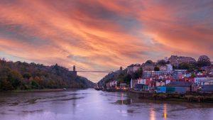Pont suspendu avec forêt et coucher du soleil à Bristol