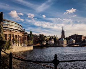 Parlement suédois bordé d'eau et d'espace vert
